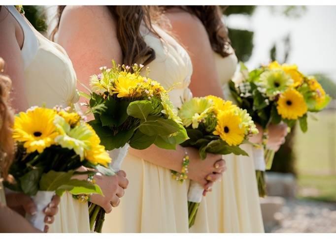 yellow daisy bridesmaid bouquets