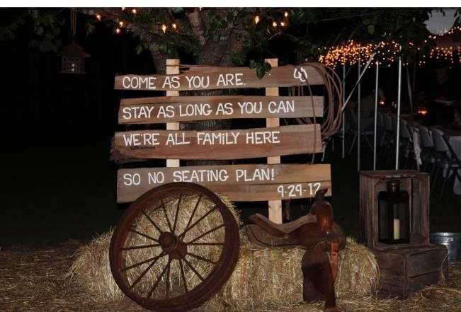 wagon wheel rustic wedding decor