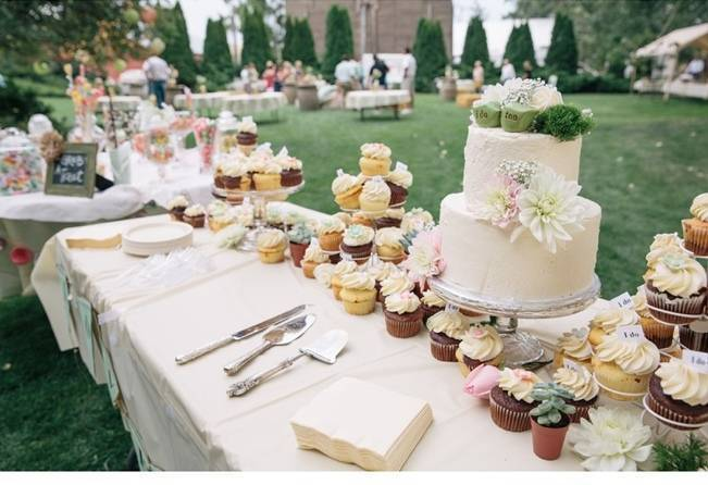 rustic cupcake table