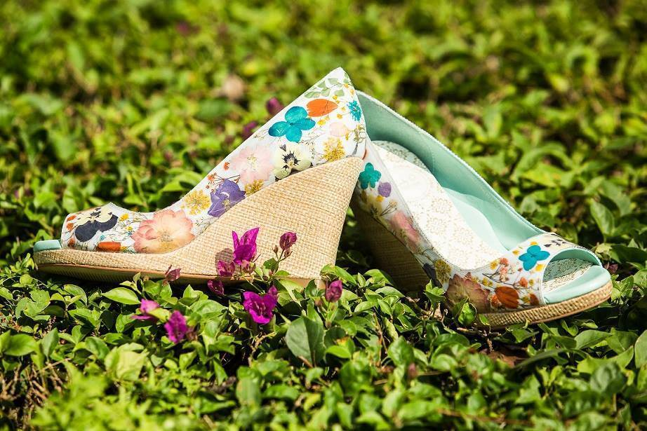 Modern Floral Wedge in Raffia