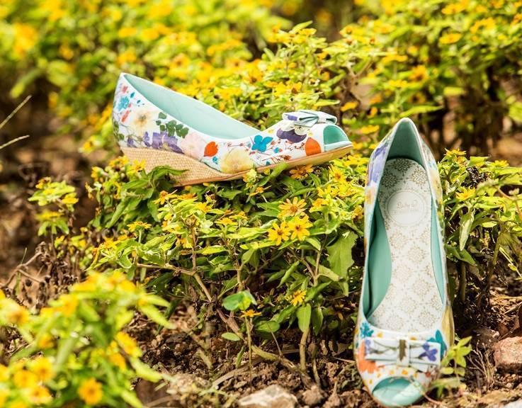 Floral Power Peep-Toe Slender Wedge Bow Pumps in Raffia