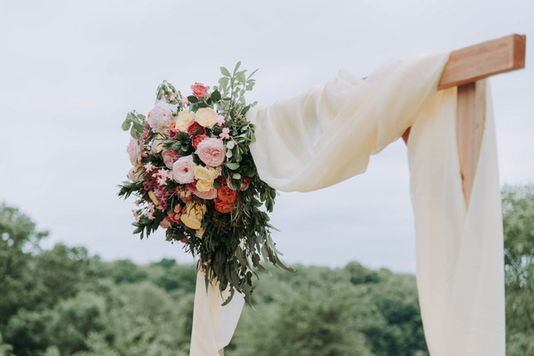 7 Incredibly fun ways to add color to your wedding flowers